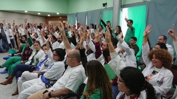 Médicos decidiendo si se adhieren a la huelga