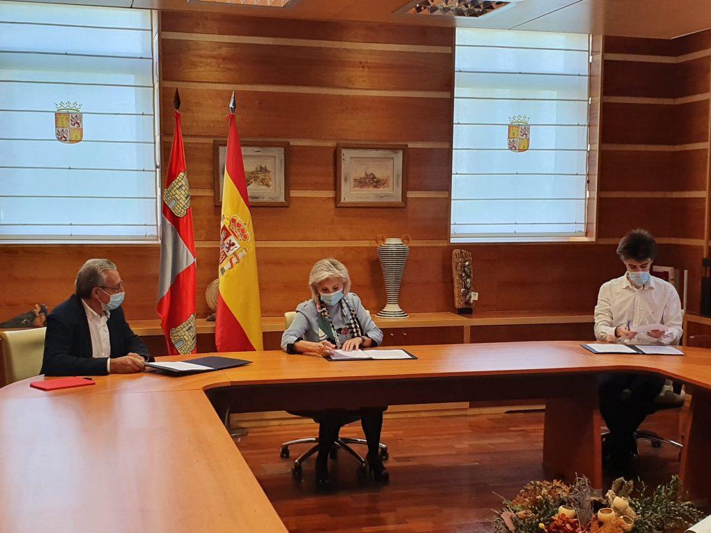 Tomás Toranzo, Verónica Casado y Ricardo Ignacio Cereceda firmando el documento.