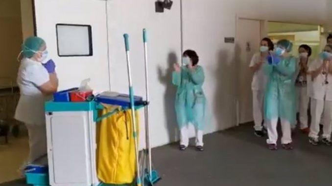 El Hospital Sant Joan de Déu de Barcelona rinde un homenaje a su personal de limpieza