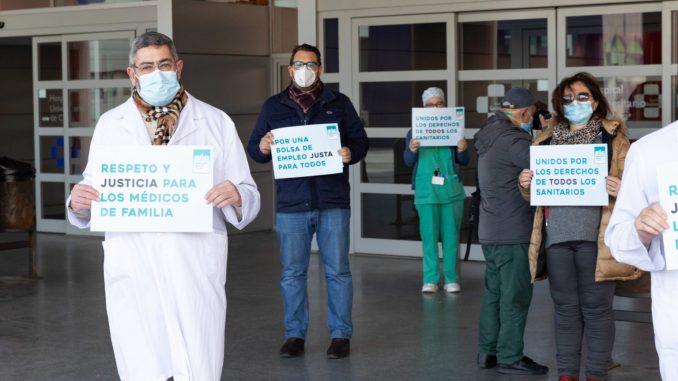 Concentración a las puertas del Hospital Universitario de Ceuta.
