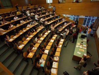 Imagen de un aula donde se realiza el examen MIR.