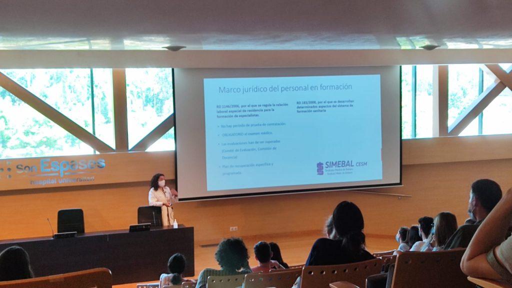 Carolina Pérez, de Simebal, en una de las charlas de bienvenida a residentes en Baleares.