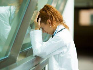Los Servicios de Salud deben velar por la salud de los profesionales sanitarios.