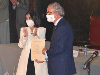 Tomás Cobo junto a la ministra de Sanidad, Carolina Darias.